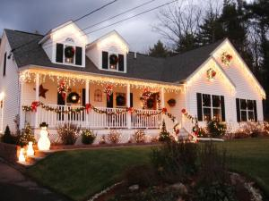 RMS_MIA123-outdoor-Christmas-lights-decorations_s4x3_lg